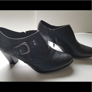 Black size 8 naturalizer booties